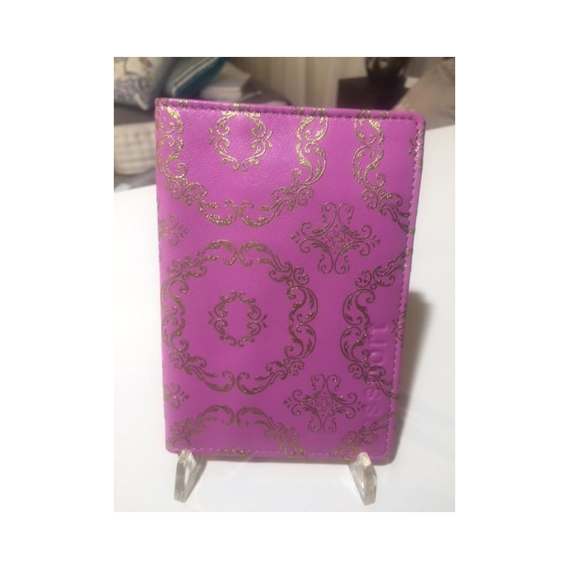 https://www.styles-interiors.ch/5100-thickbox/pochette-passeport-designers-guild-cuir-rose-motifs-or-10-x-145-cm.jpg