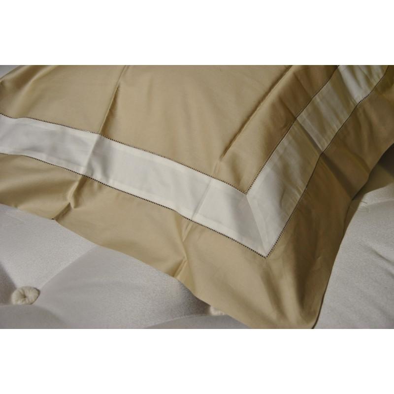 https://www.styles-interiors.ch/5362-thickbox/taie-d-oreiller-mastro-raphael-par-tout-65x-65-cm-col-13-beige-rayure-creme.jpg